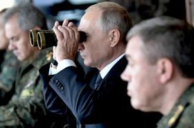 Vladimir Putin sleduje manévry Východ 2018