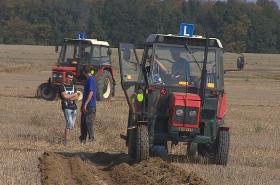 Za volantem traktoru soutěžili studenti o nejlepší brázdu
