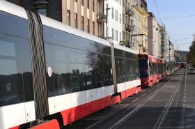 Kolona tramvají na objízdné trase