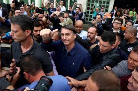 Prezidentský kandidát Jair Bolsonaro a jeho gesto po hlasování v Rio de Janeiru