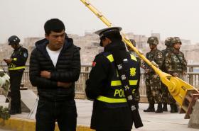 Čínští policisté a vojáci v Kašgaru