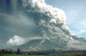 Pyroklastický proud, sbíhající po svahu kompozitní sopky Mayon na Filipínách
