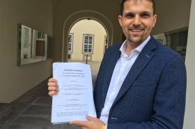 Lídr KDU - ČSL Petr Hladík ukazuje koaliční smlouvu