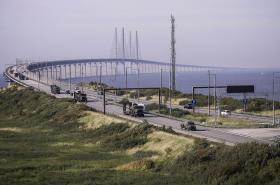 Účastníci cvičení Trident Juncture na mostě Öresund