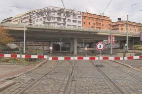 Uzavřený pražský most na Vltavské