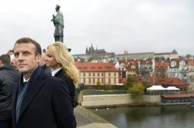 Emmanuel Macron a Monika Babišová na Karlově mostě
