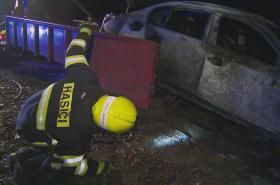 Hasiči odklízejí spálené BMW poblíž Útěchova