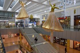 Vánoční nákupy a výzdoba v obchodním centru Nová Karolina v Ostravě.