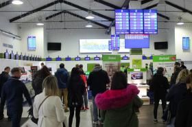 Lidé čekají v Alze na výdej zboží.