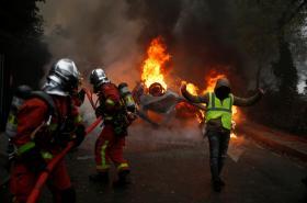 Hořící auto v Paříži nedaleko Vítězného oblouku