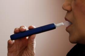 Žena zkouší výrobek IQOS 3 MULTI společnosti Phillip Morris.