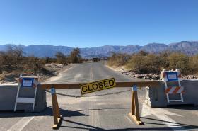 Snímek je z Národního parku Údolí smrti (Death Valley). I zde se projevuje federální shutdown.