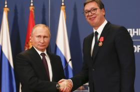 Putin s Vučičem vyznamenaným řádem Alexandra Něvského