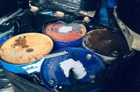 Nebezpečný odpad v nelegálním skladu
