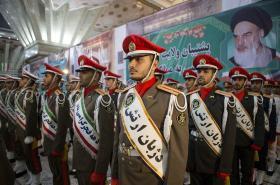 Iránští vojáci si v Chomejního mauzoleu připomínají výročí islámské revoluce