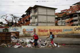 Místní obyvatelé se probírají odpadky v Caracasu