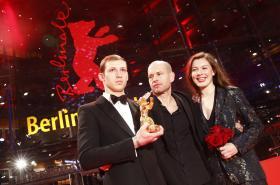 Režisér vítězného snímku Nadav Lapid s hvězdami svého filmu Synonyma Tomem Mercierem a Louise Chevillotteovou