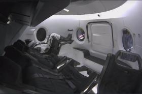 Ripleyová na palubě Crew Dragonu