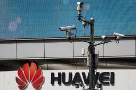 Bezpečnostní kamery u prodejny Huawei v Šanghaji