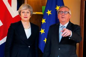 Theresa Mayová a Jean-Claude Juncker ve Štrasburku