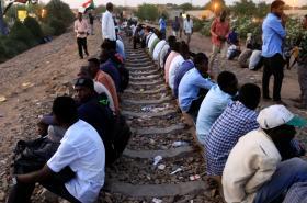 Protestující blokují koleje před ministerstvem obrany v Chartúmu