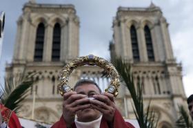 Francouzský arcibiskup Patrick Chauvet s trnovou korunou z Notre-Dame v roce 2014