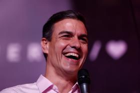 Španělský premiér Pedro Sánchez během oslavování výsledků voleb