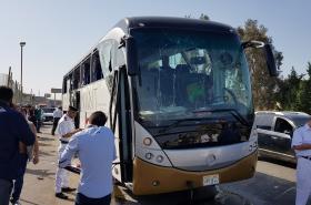 Nejméně 12 turistů bylo zraněno  při explozi, jež zasáhla autobus u nového egyptského muzea blízko pyramid v Gíze.