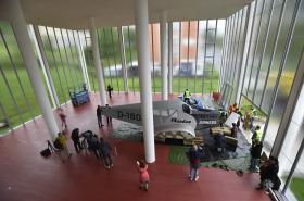 Instalace makety letounu v Památníku Tomáše Bati