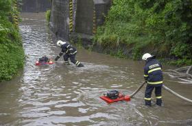 Záběry z rozvodněné Bečvy u Troubek