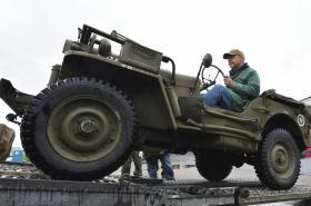 Režisér Václav Marhoul nakládá vojenskou techniku před jízdou do Normandie