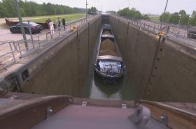 Loď proplouvá plavební komorou