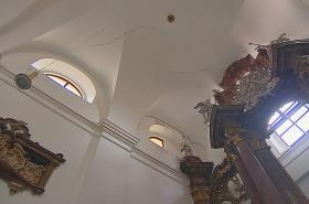 Popraskané zdi kostela sv. Máří Magdaleny v Brně