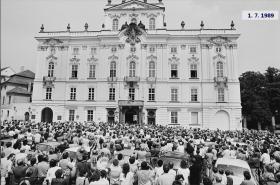 Demonstrace před arcibiskupským palácem v červenci 1989
