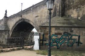 Sprejeři poničili Karlův most
