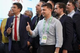 Ukrajinský prezident Volodymyr Zelenskyj (uprostřed)