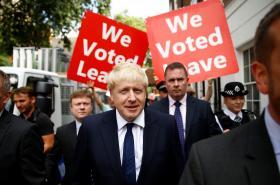 Boris Johnson s příznivci brexitu v pozadí
