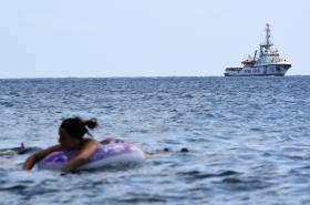 Loď organizace Proactiva Open Arms čeká v italských vodách