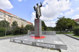 Socha maršála Koněva politá rudou barvou a označena nápisy