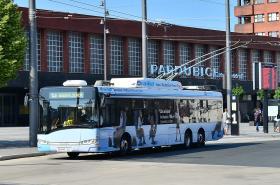Trolejbus na hlavním nádraží v Pardubicích
