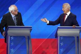Bývalý viceprezident Biden (vpravo) hovoří se senátorem Sandersem během demokratické americké prezidentské debaty