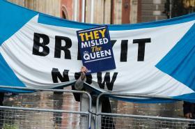 Demonstrant před britským Nejvyšším soudem