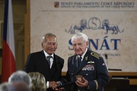 Jaroslav Kubera předává ocenění generálu Emilu Bočkovi