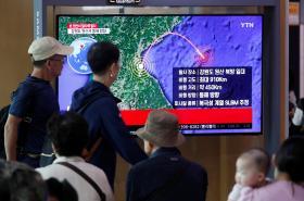 Jihokorejci sledující televiziní vysílání o severokorejském raketovém testu