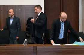 Jiří Pašek (vlevo) a Ilja Čurda (vpravo) u Městského soudu v Praze