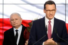 Premiér Morawiecki a za ním šéf PiS Kaczynski ve volebním štábu