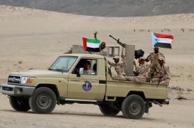 Bojovníci Jižní přechodné rady s vlajkami Spojených arabských emirátů a někdejšího Jižního Jemenu