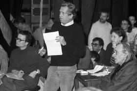 Václav Havel hovoří v Činoherním klubu, vlevo Alexandr Vondra, vpravo Josef Kemr, 19. 11. 1989