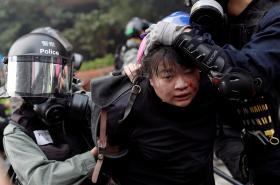 Policie zasahuje proti demonstrantům v univerzitním kampusu