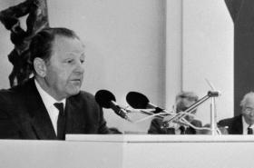 Jakeš oznamuje rezignaci na funkci generálního tajemníka ÚV KSČ (24. 11. 1989)